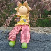 Фигурка девочки с висячими ножками и цветами