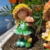 Фигурка девочки Желтый цветок