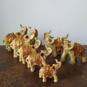 Набор слонов в красных попонах с камнями